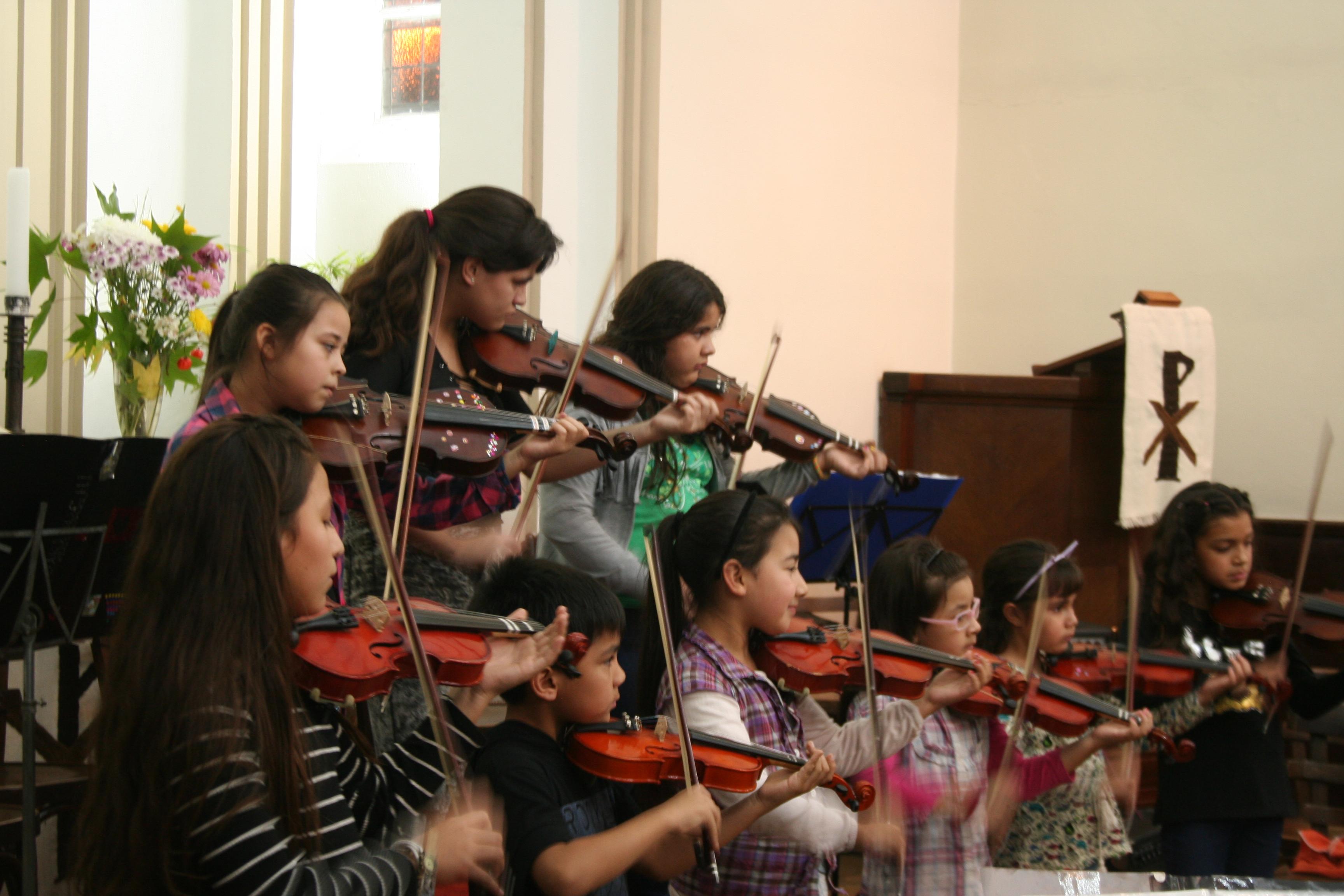 junge Geigerinnen vom Kinder-und Jugendorchester San Fernando