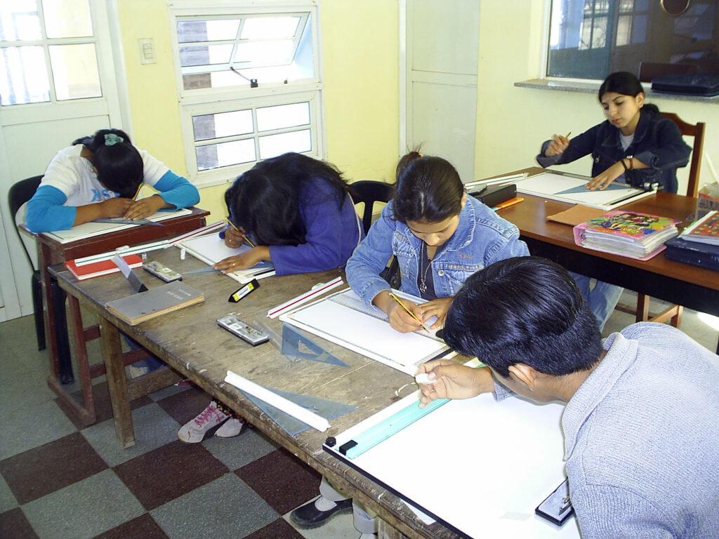 Technischer Zeichenunterricht. Edumanía hat Zirkel und Zeichengeräte finanziert.