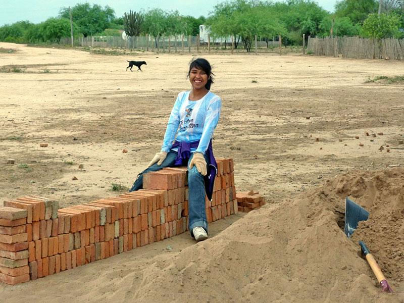 Die neue Schule hatte nicht ausreichend Platz für Werkräume, also wurden sie von den Schüler*innen unter Anleitung ihres Lehrers selbst errichtet.