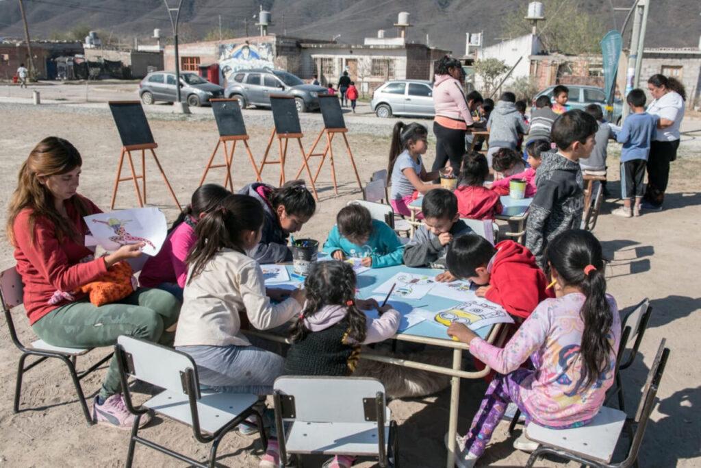 Pädagoginnen planen die Aktivitäten, begleiten und betreuen die Kinder .Heute stehen Zeichnen und Malen auf dem Programm.