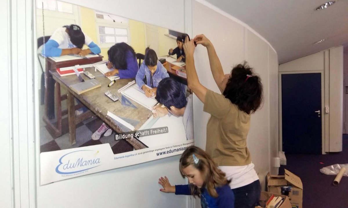 Das Plakat zeigt Schüler*innen in Formosa beim Technischen Zeichnen. Die Zeichenbretter gehören zu den ersten Anschaffungen, die mt Fördergeldern von Edumanía angeschafft werden konnten.
