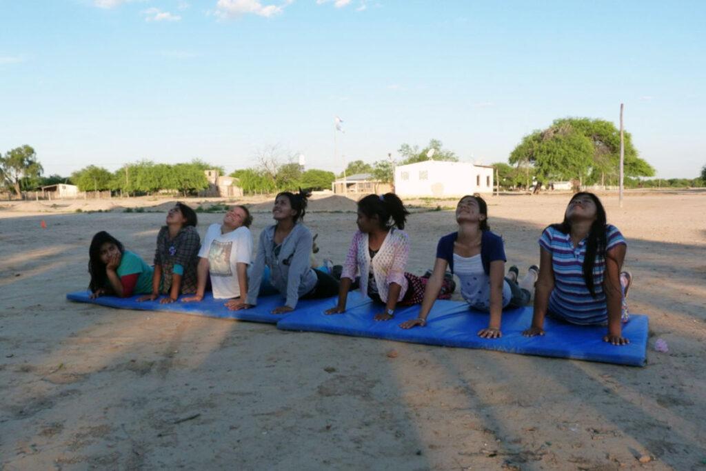Der Sportlehrer Hugo Alcaraz konnte seinen Unterricht neu gestalten als durch die Unterstützung von Edumanía Fußbälle, Volleybälle, Matten und das Material angeschafft werden konnte, welches für den Bau von Hürden benötigt wurde.