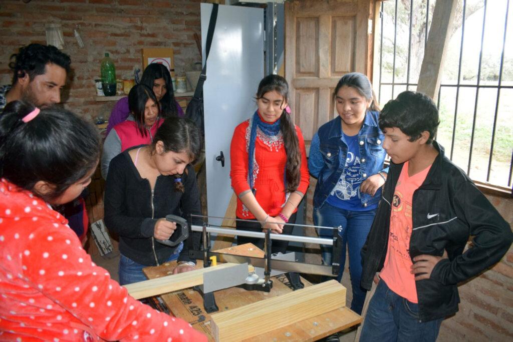 Schülerinnen der 3. Ausbildungsjahres begannen als Tischlerinnen in der kürzlich fertig gestellten Werkstatt zu arbeiten.