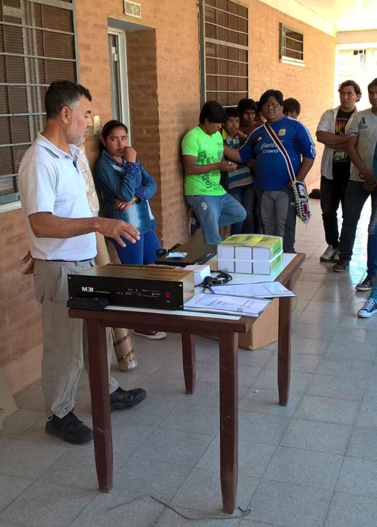 Edumanía hielt den Vorschlag des Kollegiums der EAP N° 10, als Teil der sprachlichen Ausbildung ein zweisprachiges Schulradio aufzubauen, bei dem Schülerinnen und Schüler das Programm vorbereiten und zweisprachig senden für pädagogisch außerordentlich wichtig und unterstützte das Projekt finanziell.