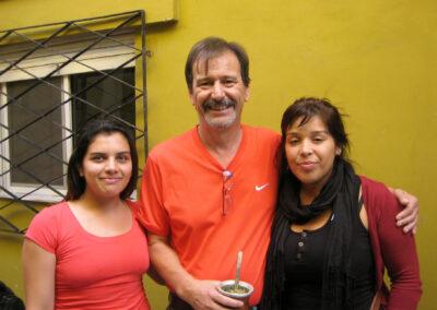 Pastor Sabino Ayala mit zwei ehemaligen Schülerinnen vor dem Tageszentrum von ASE