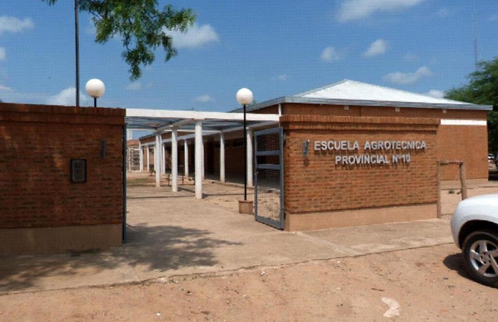 Sieben Jahre nach dem Schulstart in einem winzigen Gebäude erhielt die Schule endlich ein neues Schulgebäude.