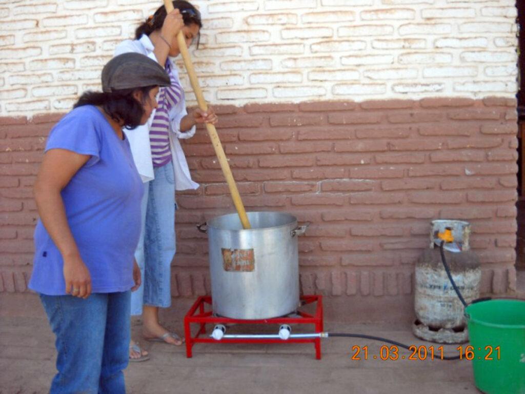 Dieser Gaskocher erlaubt es, den Kochprozess besser zu kontrollieren als eine Kochstelle, die mit Brennholz betrieben wird.