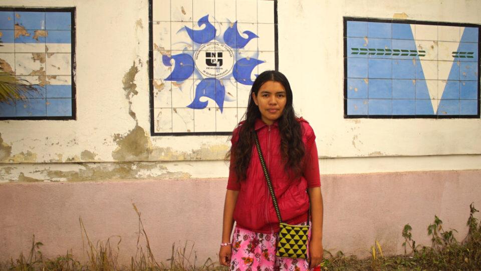 Miriam am Eingang der Universität in Formosa.