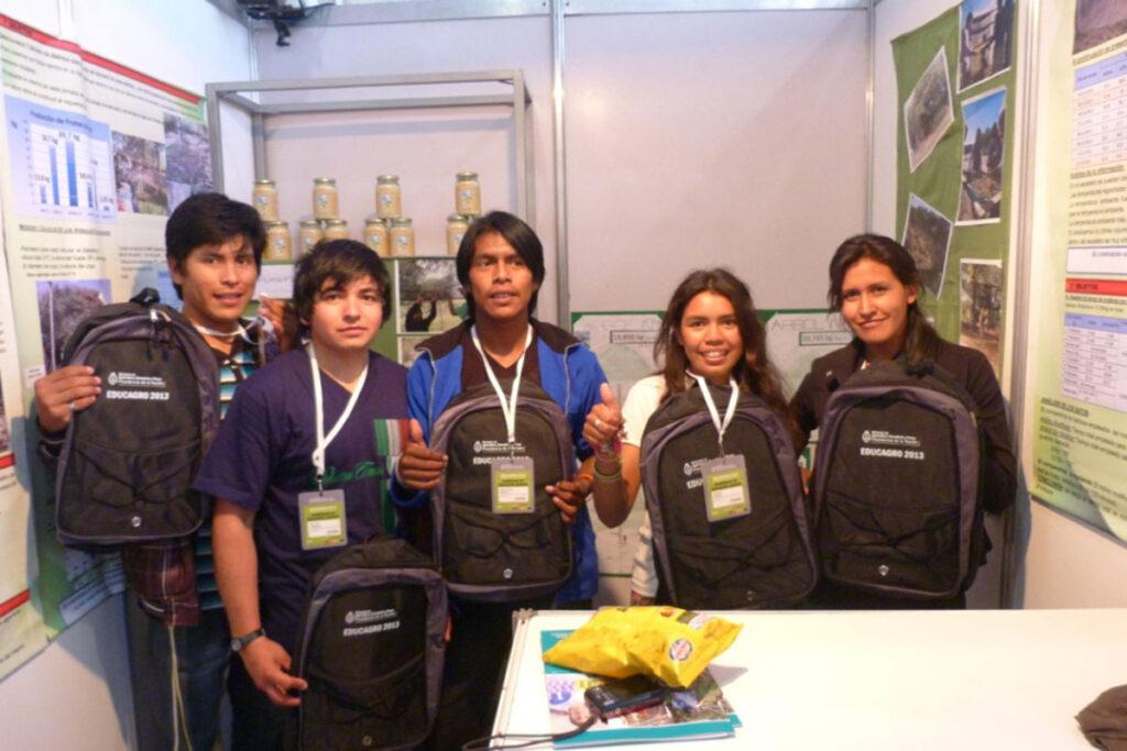 Juan Carlos C., unser Vertrauenslehrer, und drei seiner Schüler nahmen am Wettbewerb mit einem vor Ort anwendbaren Projekt teil.