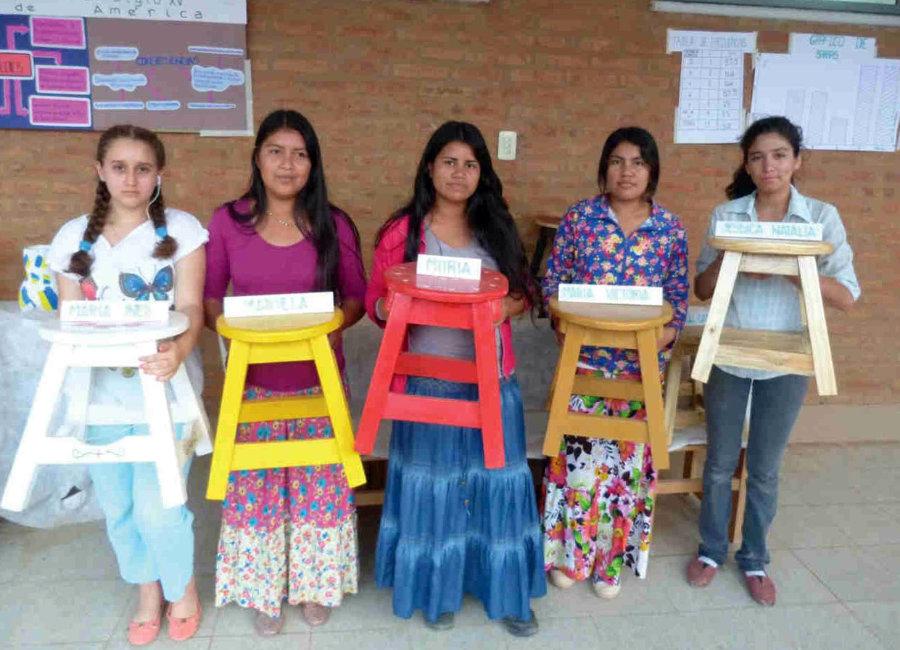 Am Tag der Technischen Bildung. Die Schülerinnen mit ihrem Arbeitsergebnis: ein Hocker mit schräg stehenden Beinen und Schlitz-Zapfen-Verbindung. Von links: María Inés, Mariela, Moria, María Victoria und Jessica.