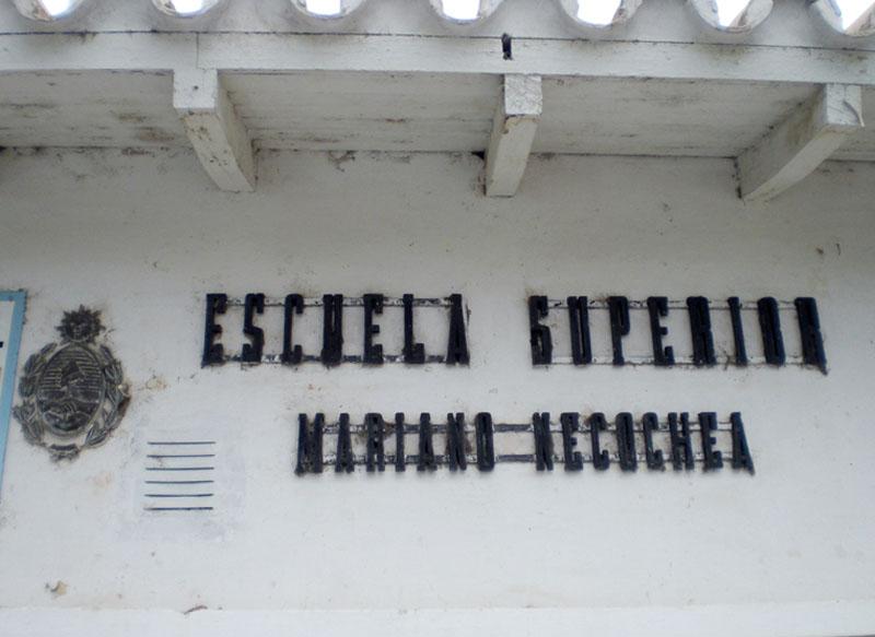 Escuela Mariano Necochea, Namenszug am Schulgebäude