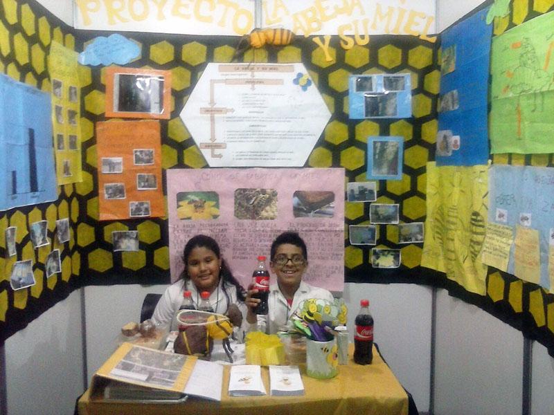 Schüler der Mariano Necochea geben Auskunft zu ihrem Projekt über Bienen an einem Stand auf der Schülermesse Tecnópolis in Buenos Aires.