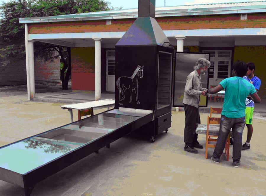 Der Trockner steht nun fertig montiert auf dem Schulhof.
