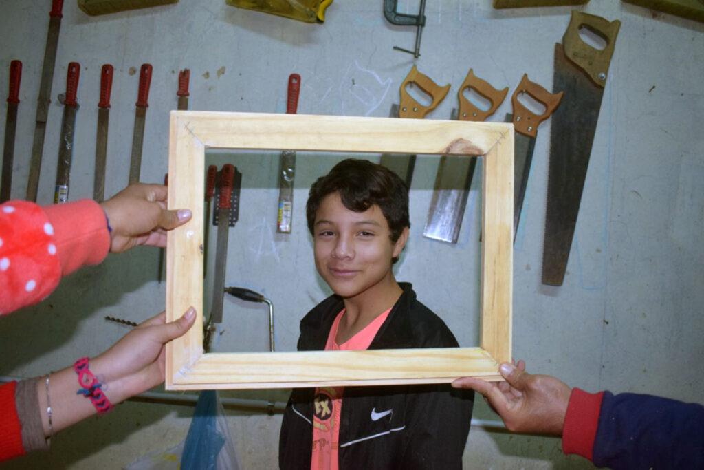 Der Rahmen passt! In der Holzwerkstatt erlernen Schüler*innen handwerkliche Fertigkeiten.