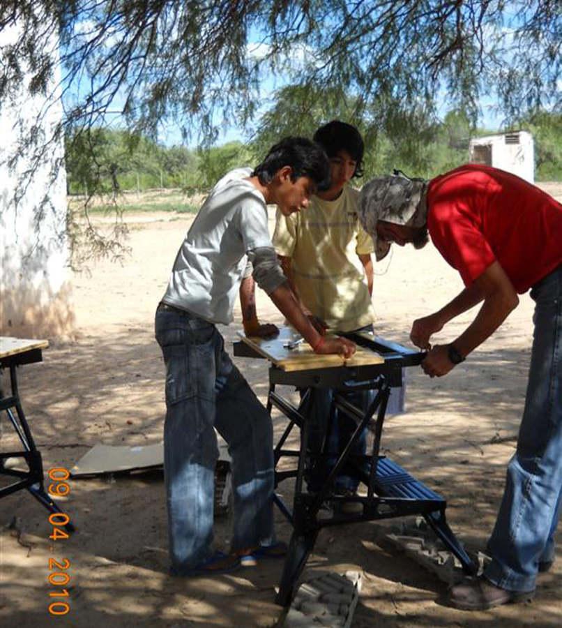 Carlos Cossio baut mit den Schülern die Werkbänke auf.