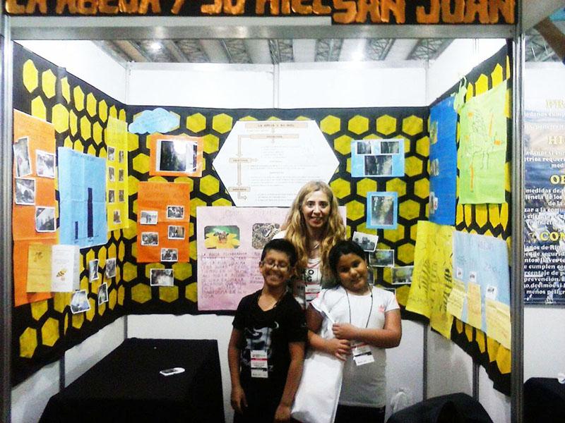 Auf der Schülermesse Tecnópolis in Buenos Aires stellen Schüler*innen aus dem ganzen Land ihre Projekte vor. Zwei Schüler der Mariano Necochea aus San Juan mit ihrer Lehrerin präsentieren das Bienenprojekt.