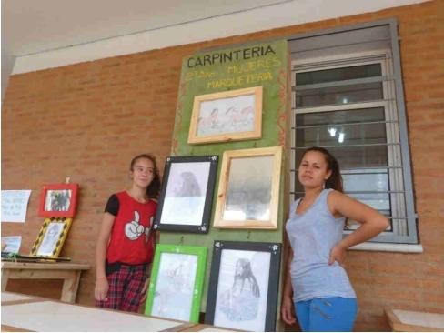 Mariela und Carolina bei der Ausstellung der Arbeiten ihres Jahrgangs am Tag der technischen Bildung
