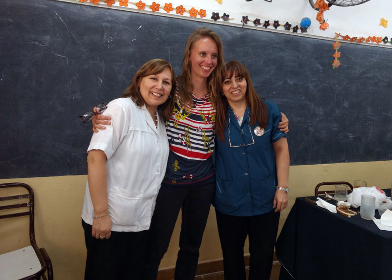 Durch Vermittlung von Edumania hat Evelyn P. (m.), hier mit Kolleginnen, ein Praktikum in der Schule in San Juan absolviert.