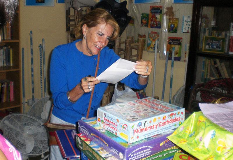 Alicia Dobladez, unsere erste Vertrauensperson in San Juan, kontrolliert den Eingang, der mit Spendengeldern von Edumanía-Argentina e.V. für den Unterricht getätigten Anschaffungen.