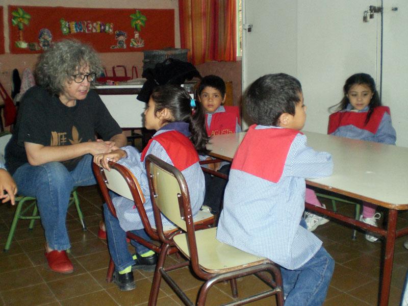 Graciela von Edumanía unterhält sich mit einer Schulanfängerin.