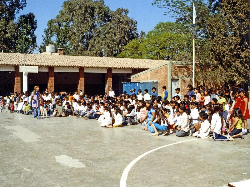 Gleich beginnt das Schulfest. Die Schüler haben sich auf dem Schulhof versammelt.