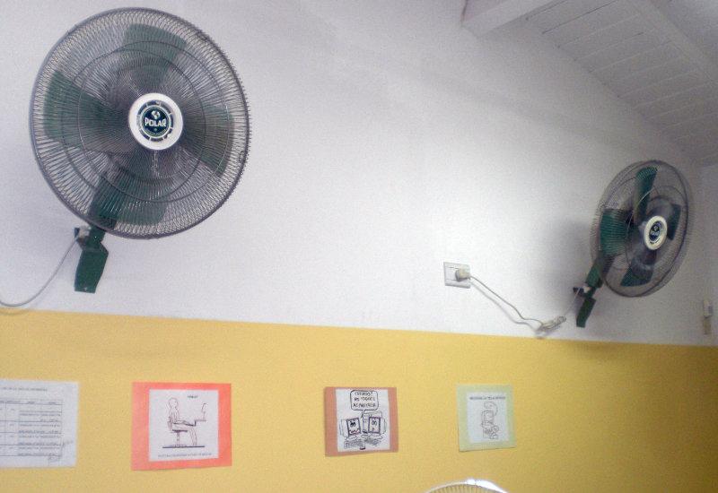 Ventilatoren erleichtern das Arbeiten in den oft heißen Klassenräumen.