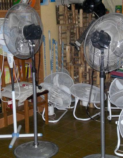 Unterschiedliche Ventilatoren erleichtern das Arbeiten in den oft heißen Klassenräumen.