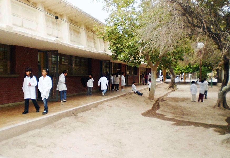 Schüler*innen in der Pause. Die Escuela Mariano Necochea besteht aus einem Kindergarten, der Vor- und der Grundschule.