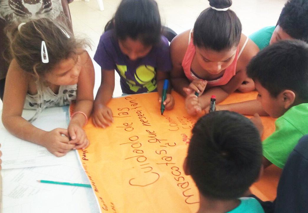 La Andariega betreut die Kinder mit verschiedenen pädagogisch wertvollen Aktivitäten, die auch Spaß machen.Gemeinsam nachdenken und das Wichtigste schriftlich festhalten. Heutiges Thema: Was Haustiere brauchen.